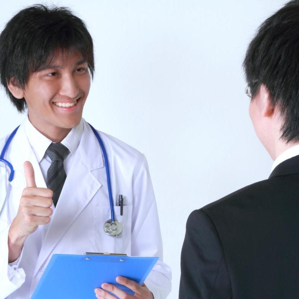 男性を診察する医師