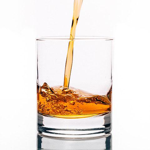 注がれるアルコール