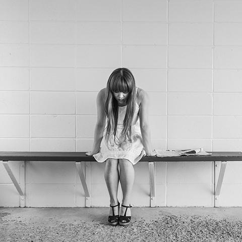 向精神薬を服用する少女